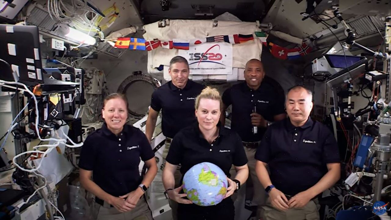 NASA's International Space Station crew flies into space for the New Year – in the movement of zero gravity