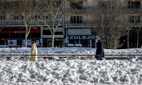 Snow and ice disrupt life, Spain launched a vaccine